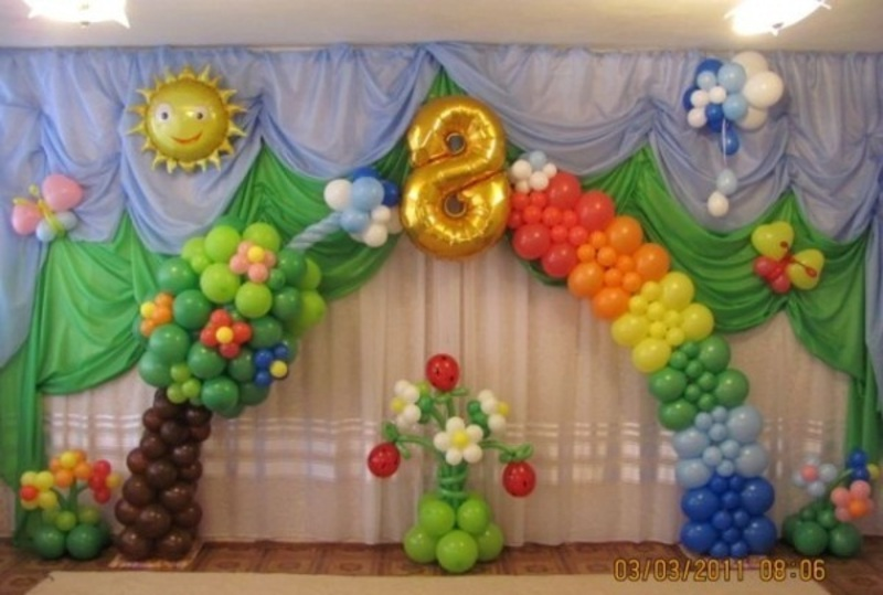 Украшение зала в детском саду воздушными шарами.  Оформление детского утренника воздушными шарами на 8 марта.